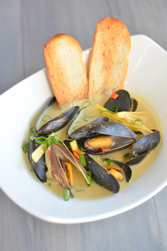 Spicy Coconut Curry Mussels | builicious